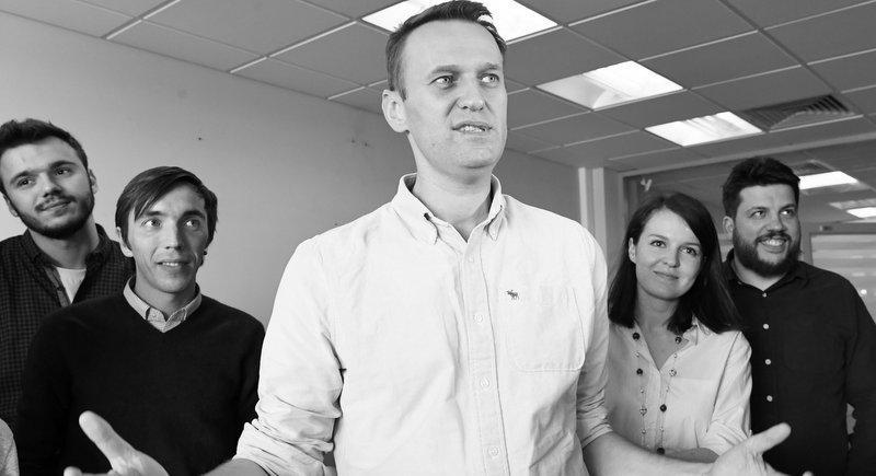 Навальный все чудовищно упрощает. Он хочет власти здесь и сейчас