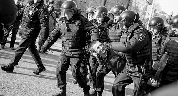 Черно-белые дни. Чем опасна реакция российских властей на митинги