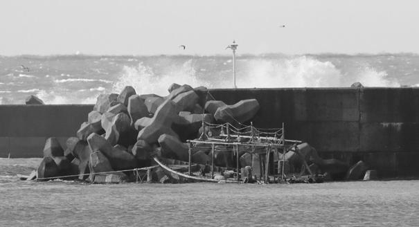 Почему вокруг Северной Кореи стало так много кораблей-призраков