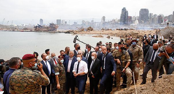"""أجانب يحملون """"الهدايا"""" للبنان"""