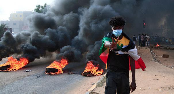 الجيش يستولي على السلطة في السودان  ويحلّ الحكومة الانتقالية
